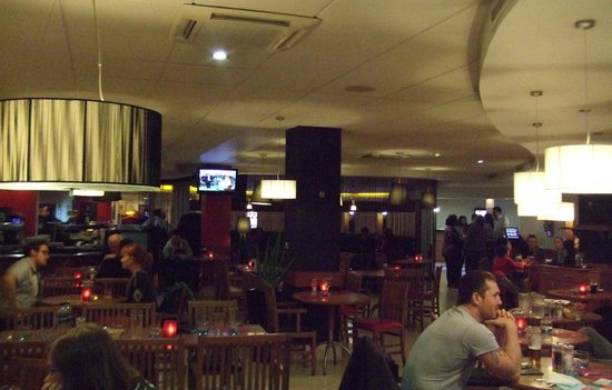 Ibis London Heathrow Airport: restaurant looking towards bar area
