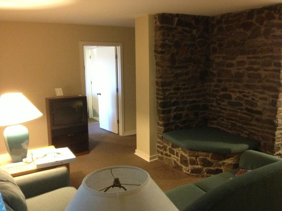 Barren River Lake State Resort Park: Living Room and Reading Nook of Exectutive Cottege