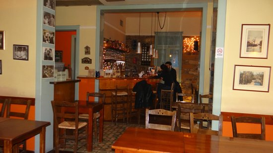 To Trikyklo: Interior by the bar