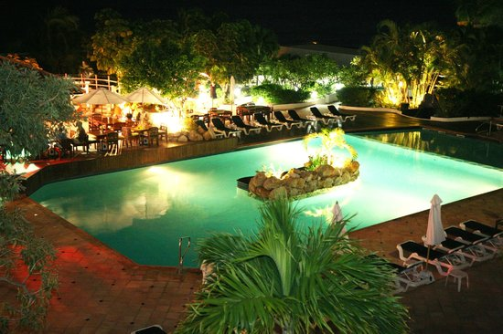 Sapphire Beach Club Resort: Sapphire Beach Club's Pool at night