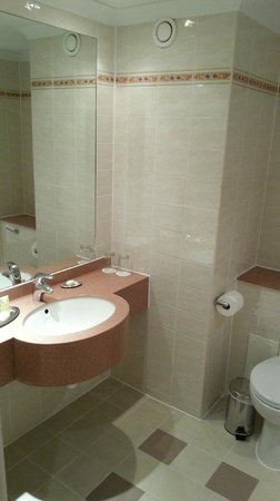 Dalmahoy Hotel & Country Club: Bathroom for standard room