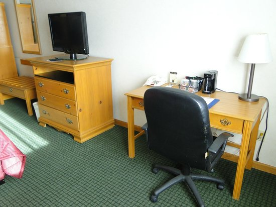 Comfort Inn and Suites Durango: Work desk and LCD TV