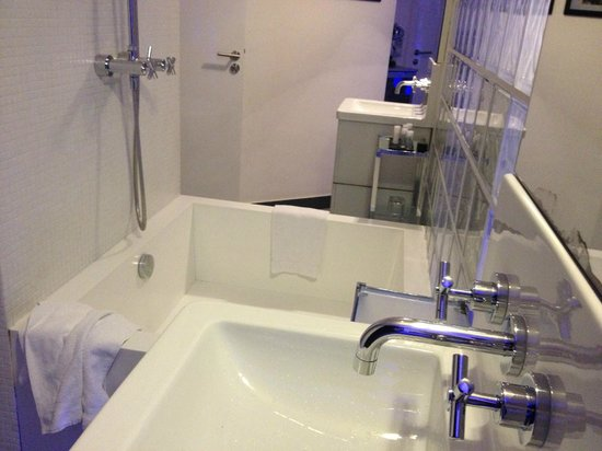 Kube Hotel: Squared bath tub - with holes in the wall