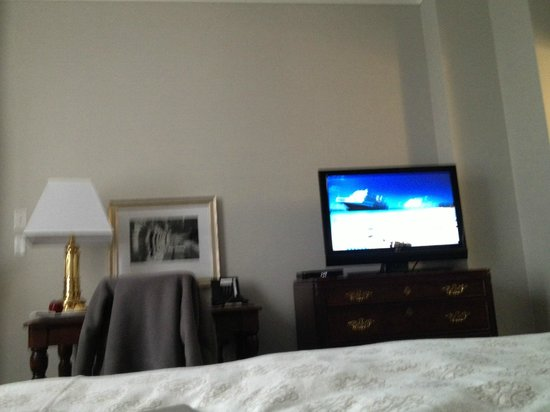 Magnolia Hotel And Spa: TV and Desk