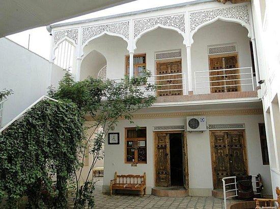 Emir Hotel: ...der romantische Innenhof, die Zimmer...
