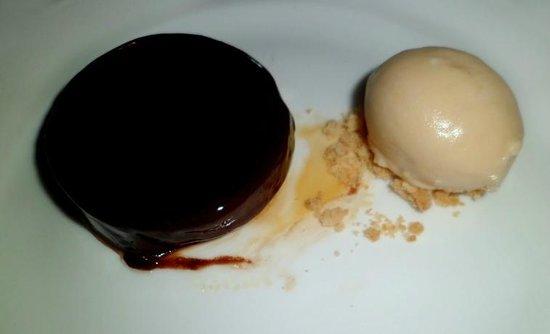 Wallett's Court Hotel Restaurant: Chocolate tart & caramel ice cream