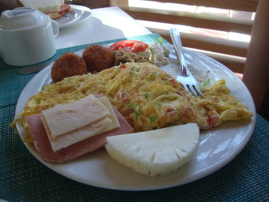 Laguna Mar: Croquettes, omelette, cold cuts, shredded chicken and fruits