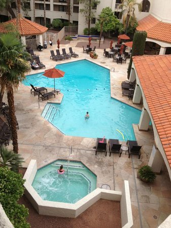 Sheraton Tucson Hotel and Suites: Pool and jacuzzi looking down from 4th floor