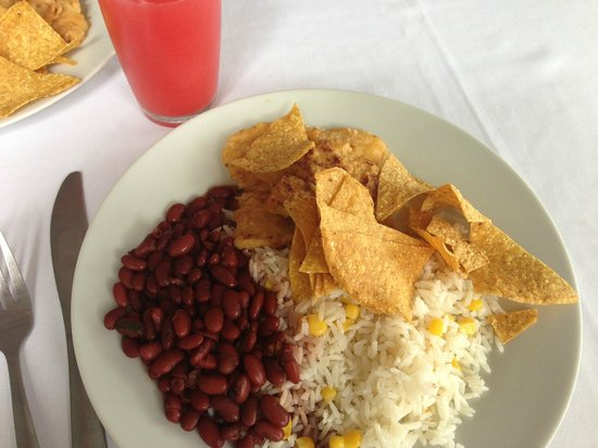 Hotel El Bambu: Fish, rice, beans and chips. Mmmmm.
