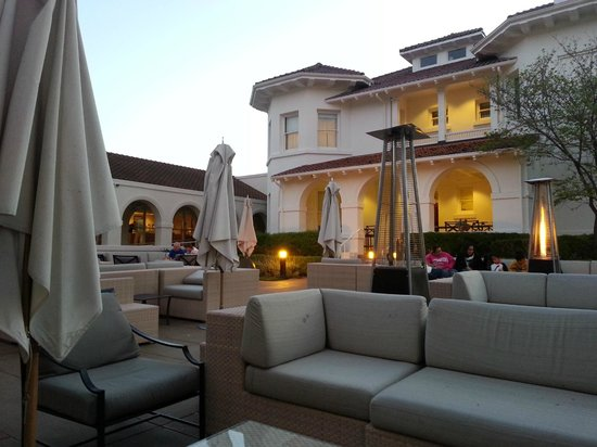Dolce Hayes Mansion: Evening on the patio.