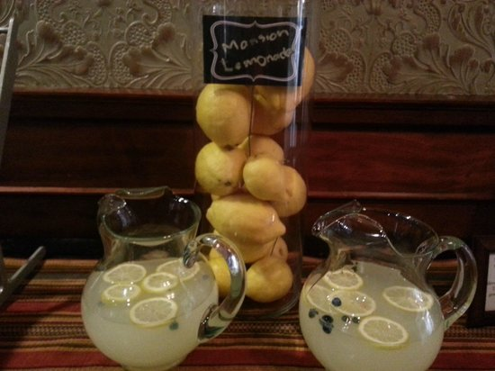 Dolce Hayes Mansion: Afternoon aperitif: Lemonade strewn with Blueberries.