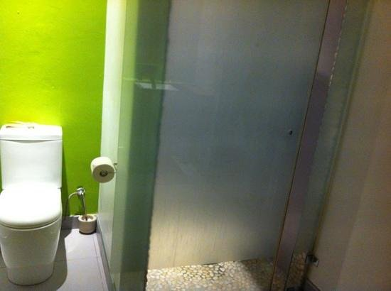 Cape Diem Lodge: toilet and shower