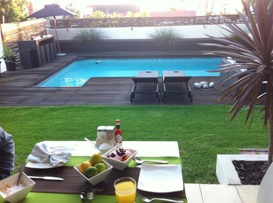 Cape Diem Lodge: breakfast by the pool