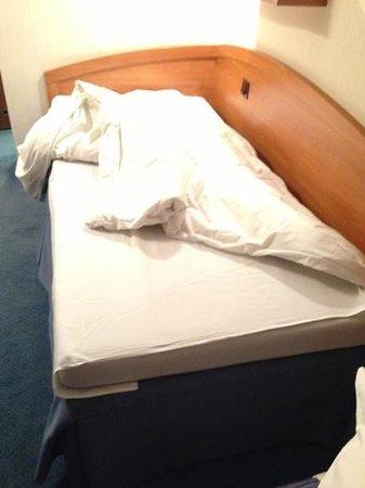 Hotel Wyspianski: lit: drap court car c'est ainsi en Pologne, couette lourde et petite!
