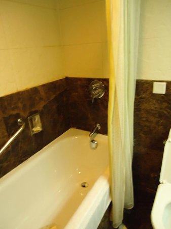 Xian Skytel Hotel: Tub