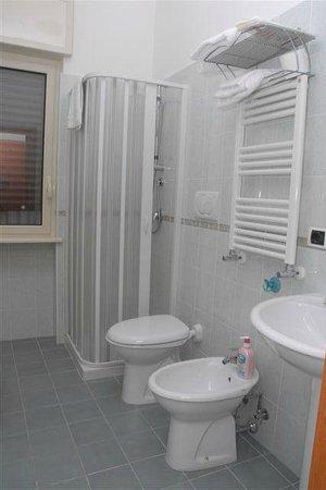 Villa Aurora B&B: bagno in camera