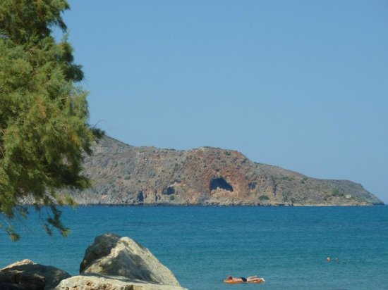 Porto Platanias Beach Resort & Spa: View of the beach and Island just off the coast from the Hotel