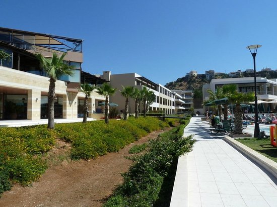 Porto Platanias Beach Resort & Spa: The hotel ground looking from the beach