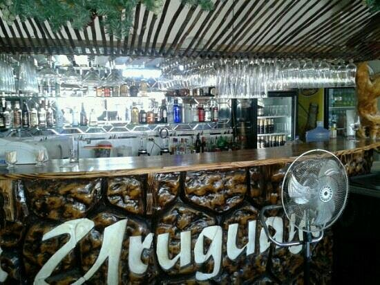 El Uruguayo: nuestra barra con una amplia variedad d tragos y cócteles....