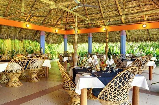 Alma Restaurant: Our open air beachfront Pavilion Restaurant