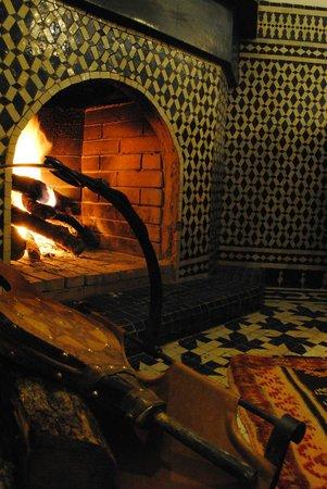 Riad La Cle de Fes: cheminée du patio