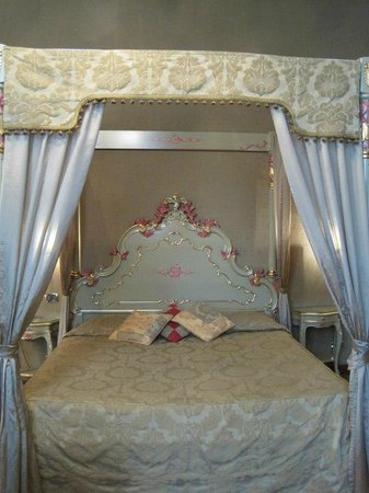 Hotel Al Ponte Mocenigo: Four poster queen size bed in family room