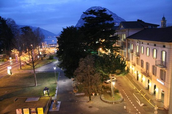 Hotel Pestalozzi Lugano: Linda vista do apartamento ao anoitecer