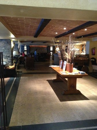 Patagonia Atiram Hotel: Spacious Lounge