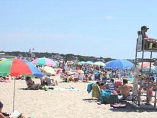 Craigville Beach Inn: Mid July Beach scene
