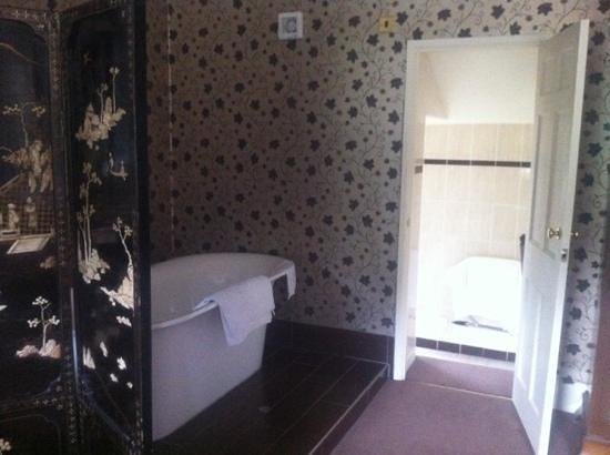 The Eastbury Hotel: gorgeous tub in the room