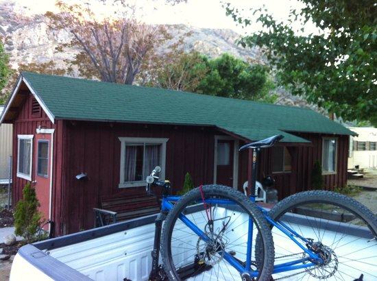 Johnny McNally's Lodge: Cabin room #8