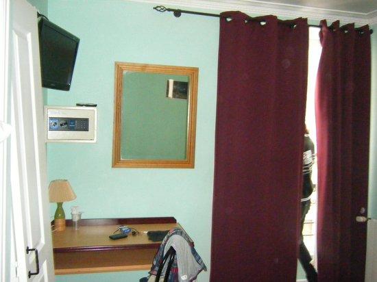 Hotel Audran : TV/Safe/Mirror/Window Curtains