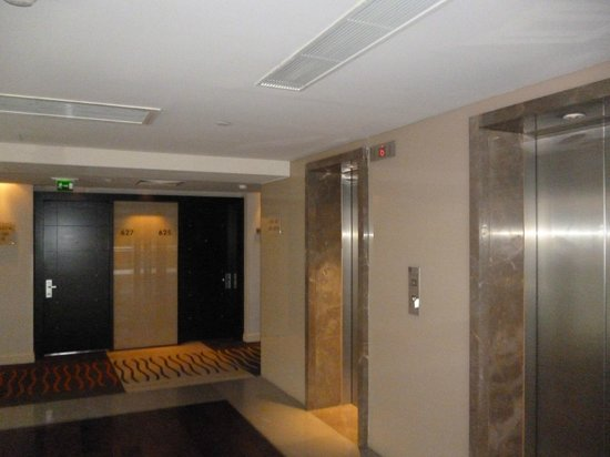 Radisson Blu Hotel Bucharest: outside elevator