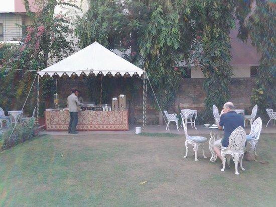 Hotel Madhuban: Afternoon tea in the garden