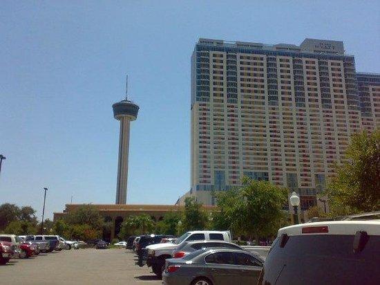 La Quinta Inn & Suites  San Antonio Downtown: Vista desde el estacionamiento de la Torre de las Amércas