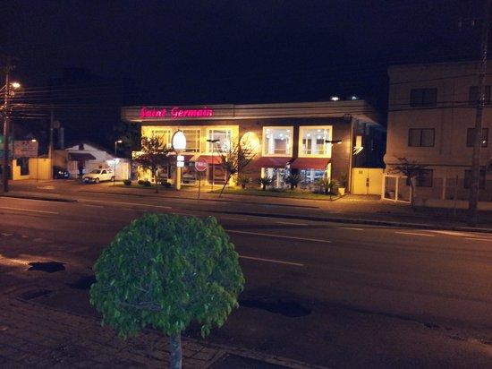 Rio Hotel by Bourbon Curitiba Batel: Padaria excelente na frente