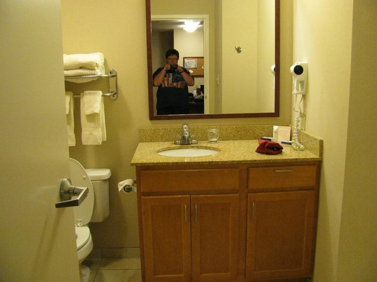 Candlewood Suites Pearl: The bathroom.