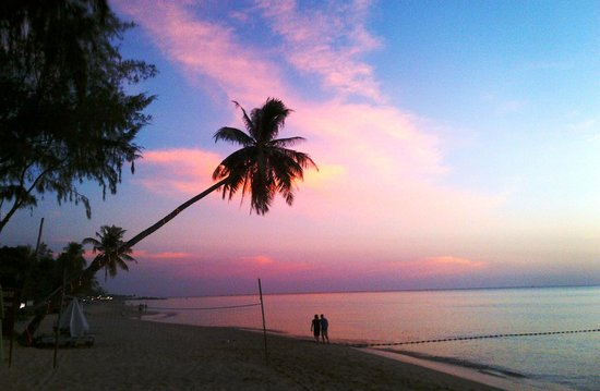 Cassia Cottage - The Spice House: Beach view at sunset