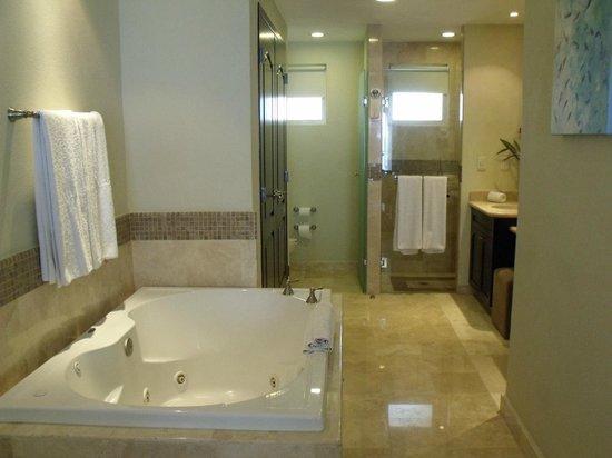 Villa del Palmar Cancun Beach Resort & Spa: 1 bed suite master bath