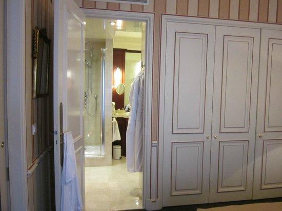 Hotel Napoleon Paris: выход со спальни в ванну