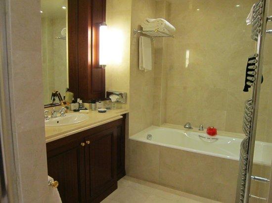Hotel Napoleon Paris: ванная комната