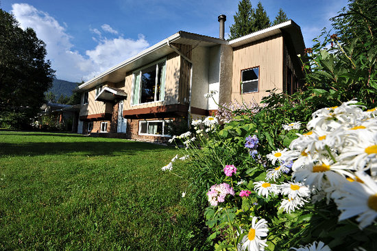 Revelstoke Bed and Breakfast: Beautiful flowers in summer