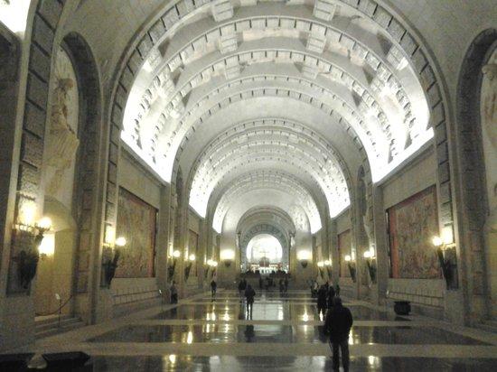 San Lorenzo de El Escorial, Spain: La cripta excavada en la montaña es inmensa.