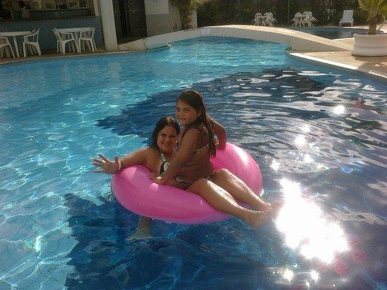 Sunshine Praia Hotel: minha familia curtindo uma piscina.