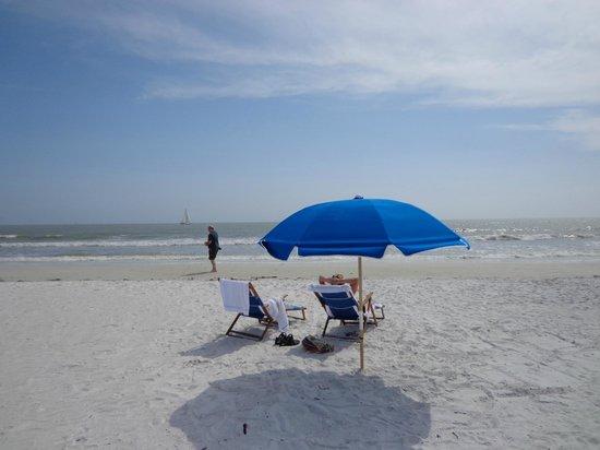 Best Western Plus Beach Resort: Rental chairs and umbrella