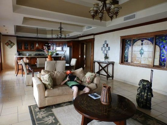 Pacifico Colonial Condominiums: FAMILY ROOM, KITCHEN
