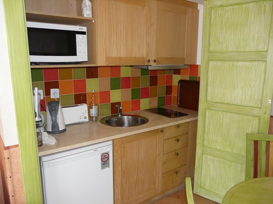 Grande Real Santa Eulalia Resort & Hotel Spa: Apartment kitchenette - with 2-ring hotplate and microwave