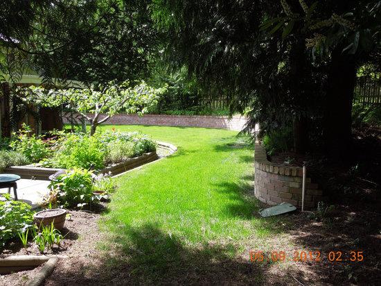 Hedgerow House Bed & Breakfast: Garden Oasis.