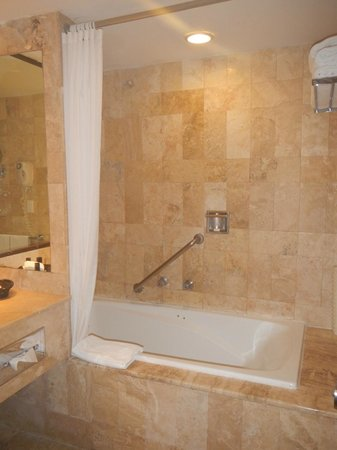 Melia Cabo Real All-Inclusive Beach & Golf Resort: Tub and shower in room 4227