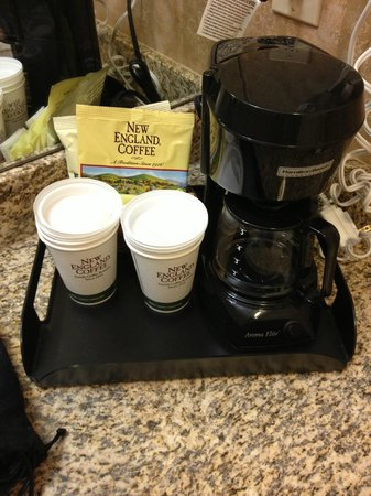 Inn on the Square: Coffee Maker and Cups